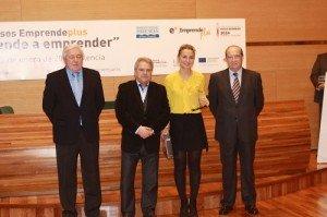 Bianca Dragomir junto al presidente Alfonso Rus recogiendo el premio